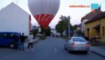 POZDVIŽENÍ NA NÁVSI...Kde se vzal, tu se vzal, přistál balon