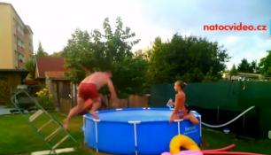 PARNA VÁS SVÁDÍ K VODĚ!Sledujte nejlepší videa od bazénů posledních dní!