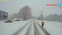 SPECIÁL PAVLA NEUDERTA: Cyklisty počasí nezastaví, brázdí ulice v mrazech!