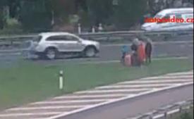 ŠOKUJÍCÍ! Rodinka si odmávla autobus přímo na dálnici