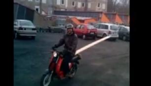 ČEŠI SI PORADÍ ZA KAŽDÉ SITUACE! Fošnu na moped a jedeem!