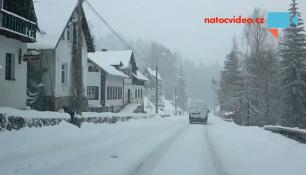 PADÁ A PADÁ! Sníh zasypal českou krajinu na Velikonoce!