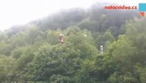 Exkluzivní záběry záchrany horolezce v Dolním Žlebu! Na místě vrtulník!