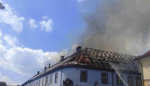 V ČESKÉ LÍPĚ HOŘEL DŮM! Na místě zasahovalo deset hasičských jednotek!
