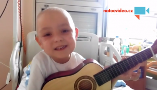 VIDEO DNE: Bojují spolu proti nemoci s kytarou v ruce a úsměvem na rtech!