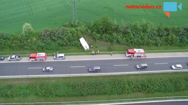 PŘEVRÁCENÝ KARAVAN NA D11, máme letecké záběry nehody!