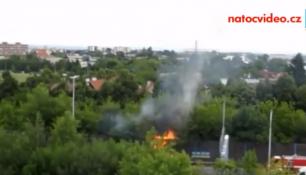 V ulici Kbelská hořela protihluková stěna! Na místě záchranné složky!
