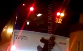 HAZARD NA VIDEU! Puberťák jezdí přisátý na autobus