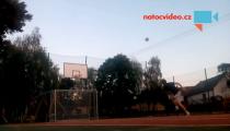 VIDEO DNE: To musí být optický klam! Do koše se trefil jedním kopancem!