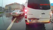 BEZOHLEDNĚ PŘES PLNOU ČÁRU. Nebezpečné odbočení na Vítězném náměstí v Praze