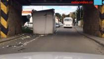 Náklaďák uvízl pod mostem v Tišnově! Přinášíme video přímo z místa nehody!