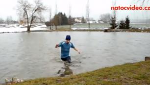 VIDEO DNE: Venku mráz, i přesto vlezl do ledové vody! Nač to modré triko?
