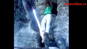 VIDEO DNE: Krutý pád ze skály přímo na hlavu!