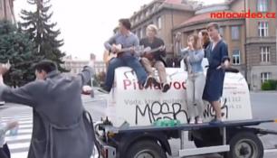 V DEJVICÍCH NETEČE PITNÁ VODA,studenti obsadili cisternu s kytarami v ruce!