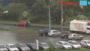 VIDEO DNE:Policisté ve Zlíně pomáhali! Odtlačili nepojízdný vůz!