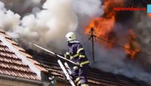 VIDEO: Chalupu na Brněnsku zachvátil požár, zásah trval 2,5 hodiny!