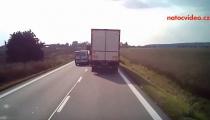 TO BYLO O FOUS! Další příklad nebezpečného předjíždění kamionu