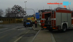 VIDEO:Převrácené vozidlo,srážka osobáku s autobusem.Tak se bouralo v PRAZE.