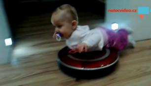 VIDEO DNE: Když táta hlídá a k tomu zvládne i úklid!