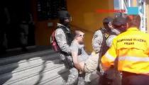 POLICEJNÍ ZÁSAH V PRAZE: Zdrogovaného muže museli z budovy vynést v poutech